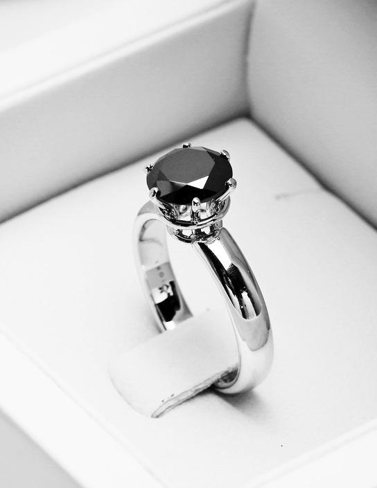 Pierścionek Zaręczynowy Z Czarnym Brylantem